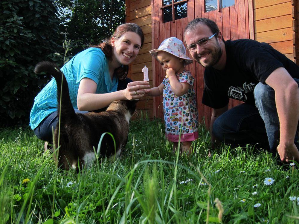 Hélène, Balou, Aurélie et Frédéric dans le jardin