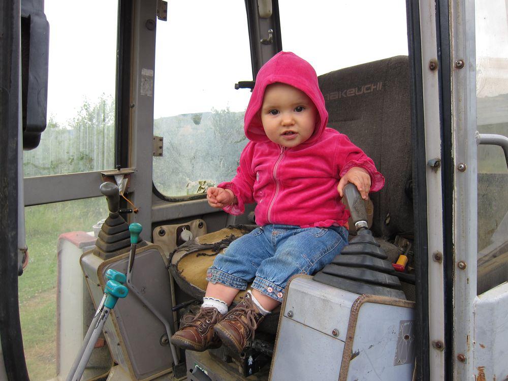 03/07/2013 - Aurélie dans le tracteur de Daniel - Roumengoux