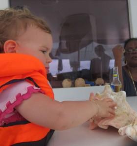 De retour au bateau, Aurélie inspecte nos dernières trouvailles